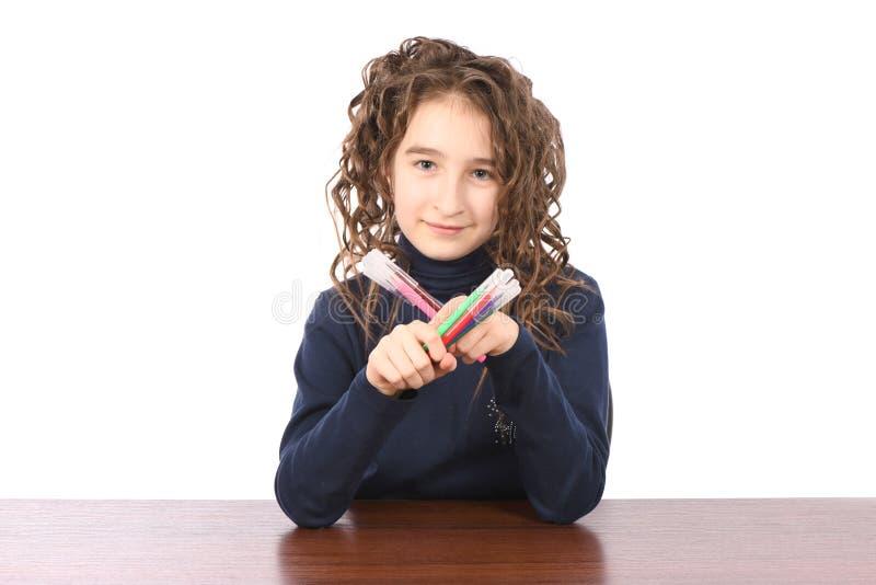 Junges Schulmädchen zeichnet mit Markierungen beim bei Tisch sitzen lizenzfreie stockfotos