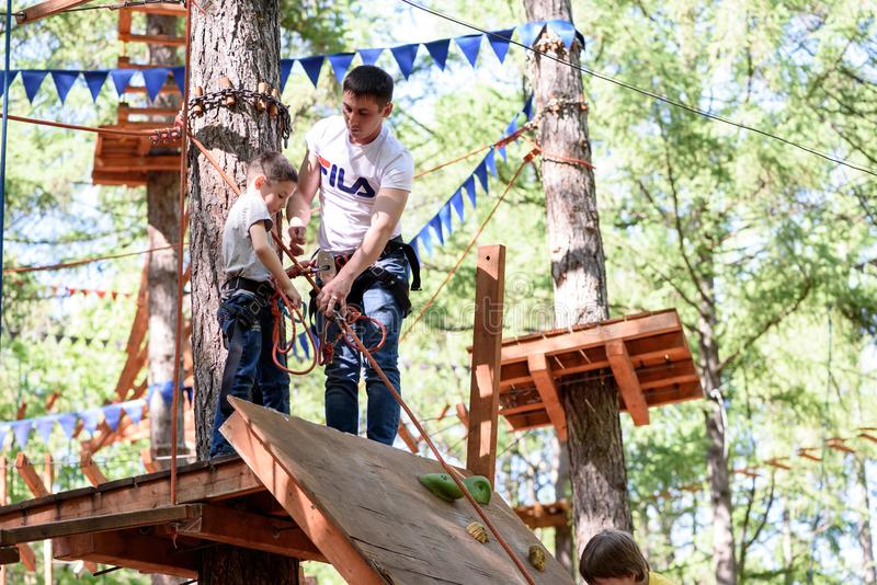 Junges Seil-kletternde Jungen-Tätigkeit stockbild