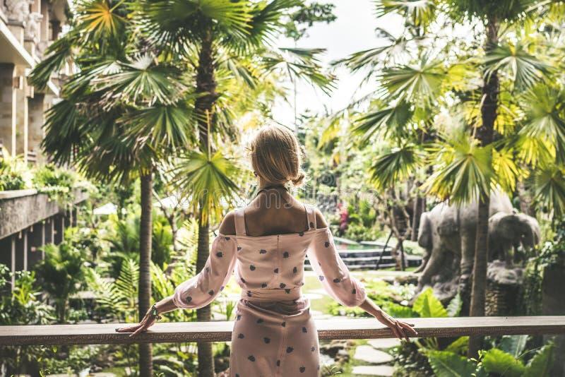 Junges sexy Ukraine-Mädchen am Luxus-Resort-Landhaus auf einer tropischen Bali-Insel, Indonesien lizenzfreies stockbild