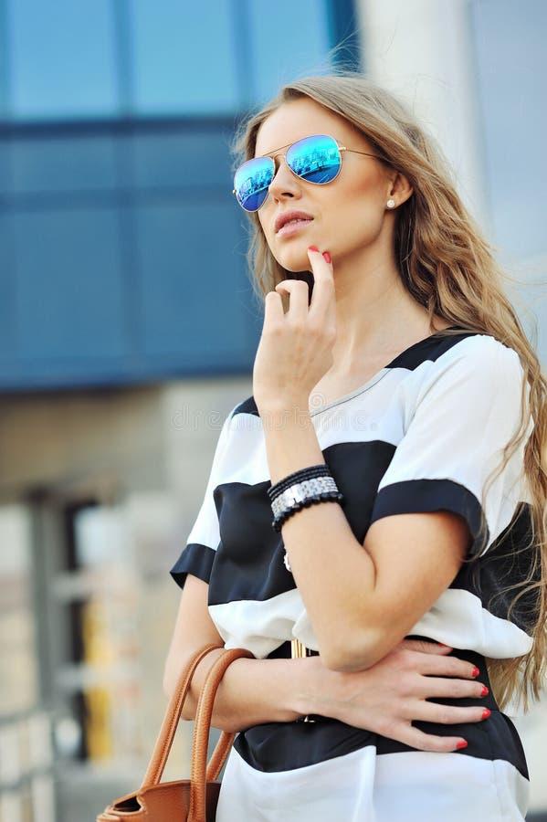 Junges sinnliches und Schönheit in einer modischen Kleidung mit Ba lizenzfreies stockfoto