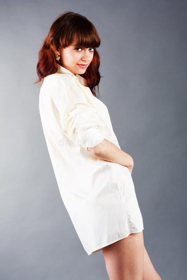 Junges Sinnlichkeitmädchen im weißen Hemd stockfotos