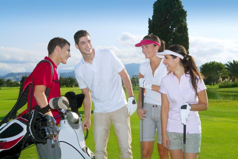 Junges Spielerteam der Golfplatzleutegruppe lizenzfreie stockfotografie