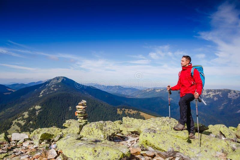 Junges sportives Wanderertrekking in den Bergen stockfotografie