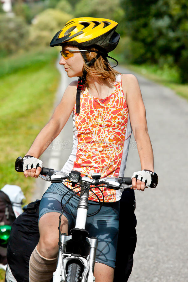 Junges sportives weibliches Fahrrad lizenzfreies stockfoto