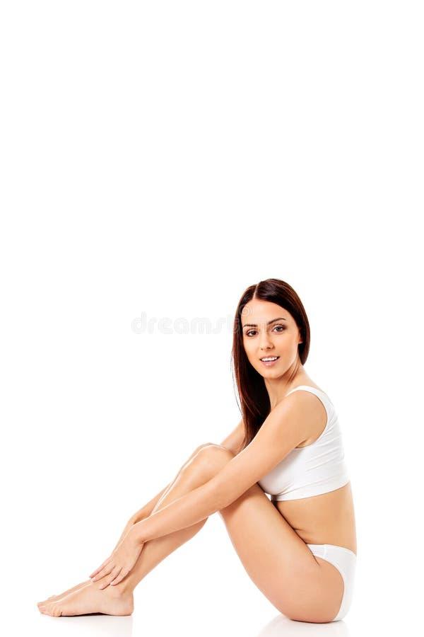 Junges, sportliches, geeignetes und schönes Mädchen in der sportlichen Unterwäsche lizenzfreies stockfoto