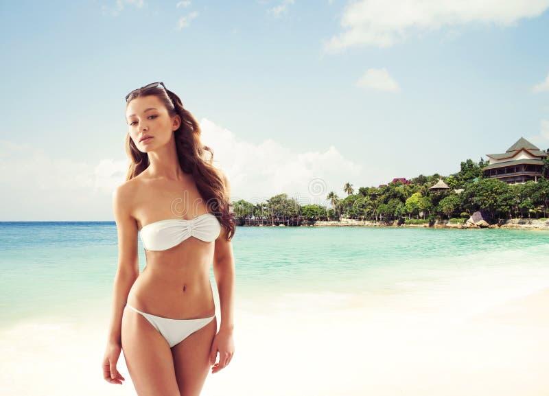 Junges, sportliches, sexy und schönes Mädchen im Badeanzug, der auf ex stillsteht lizenzfreie stockfotografie