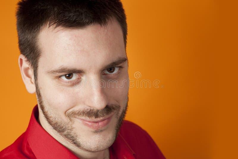 Junges stattliches Mannlächeln lizenzfreies stockbild