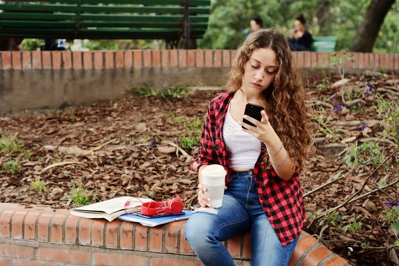 Junges Studentenmädchen mit einer Tablette und einer Kaffeetasse stockbilder