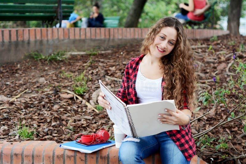 Junges Studentenmädchen mit Notizblock lizenzfreies stockfoto