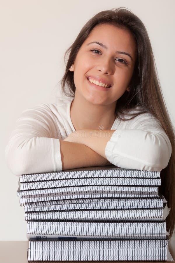 Junges Studentenmädchen und -bücher stockfoto