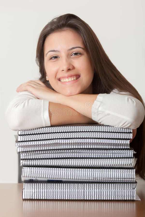 Junges Studentenmädchen und -bücher lizenzfreie stockbilder