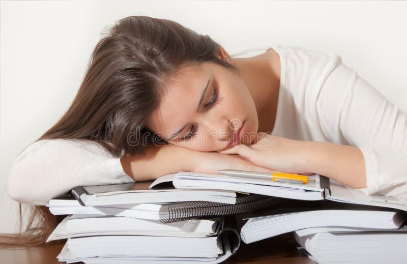 Junges Studentenmädchenschlafen stockbild