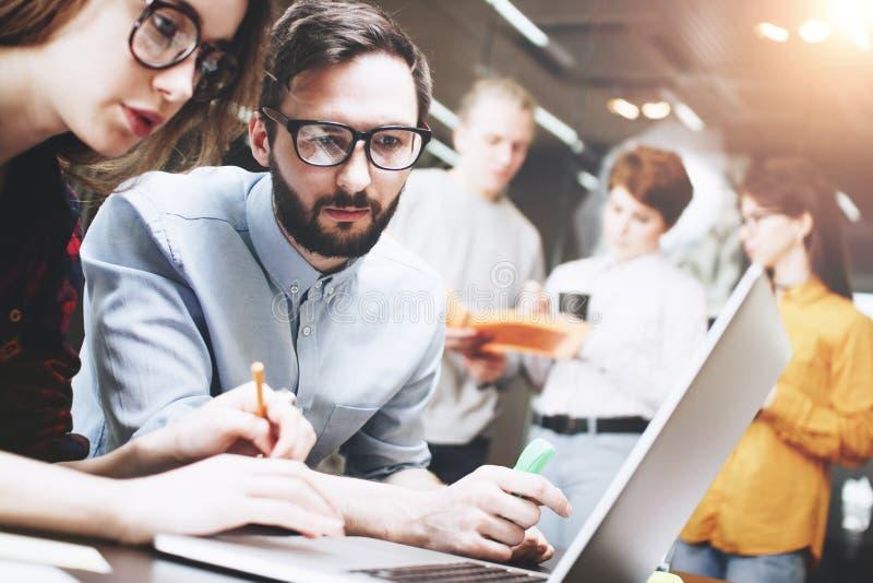 Junges Team von Leuten arbeitet zusammen an einem neuen Projekt in einem modernen Dachbodenbüro Schaffen Sie ein neues Konzept Ar stockbild