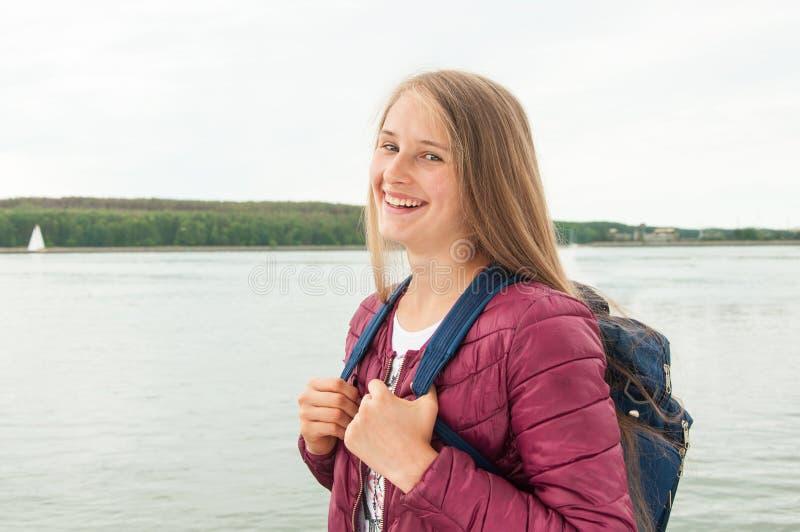 Junges touristisches Mädchen mit einem Rucksack stockbild