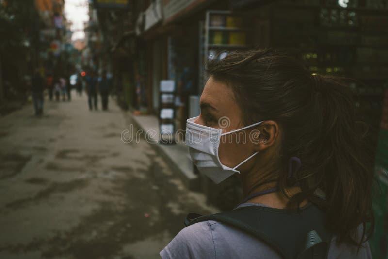 Junges touristisches Mädchen mit Gesichtsmaske lizenzfreie stockfotos