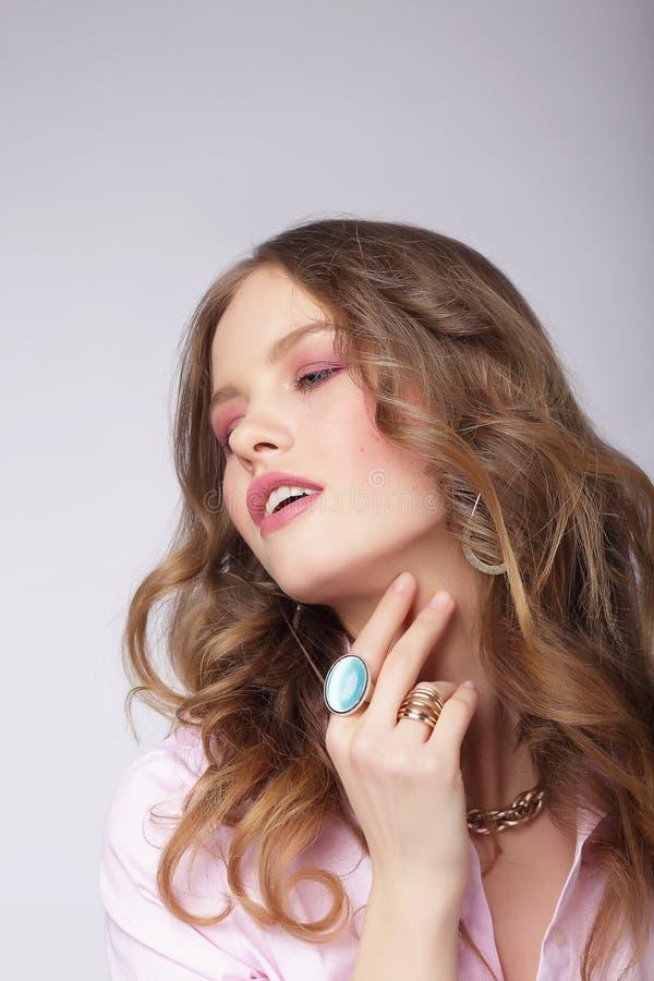 Junges träumerisches Cutie mit kostbarem glänzendem Ring stockfotos