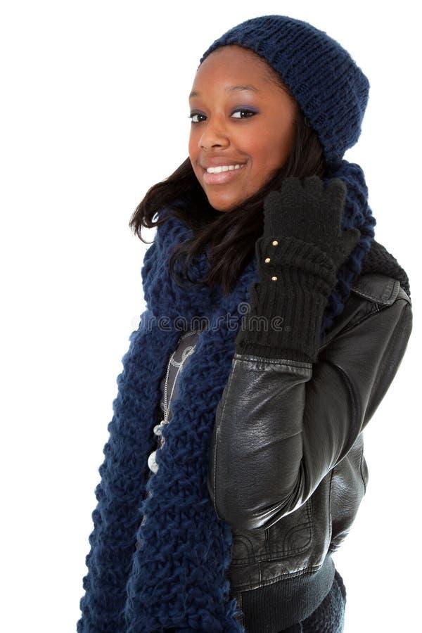 Junges tragendes Winterkleid der schwarzen Frau lizenzfreie stockbilder