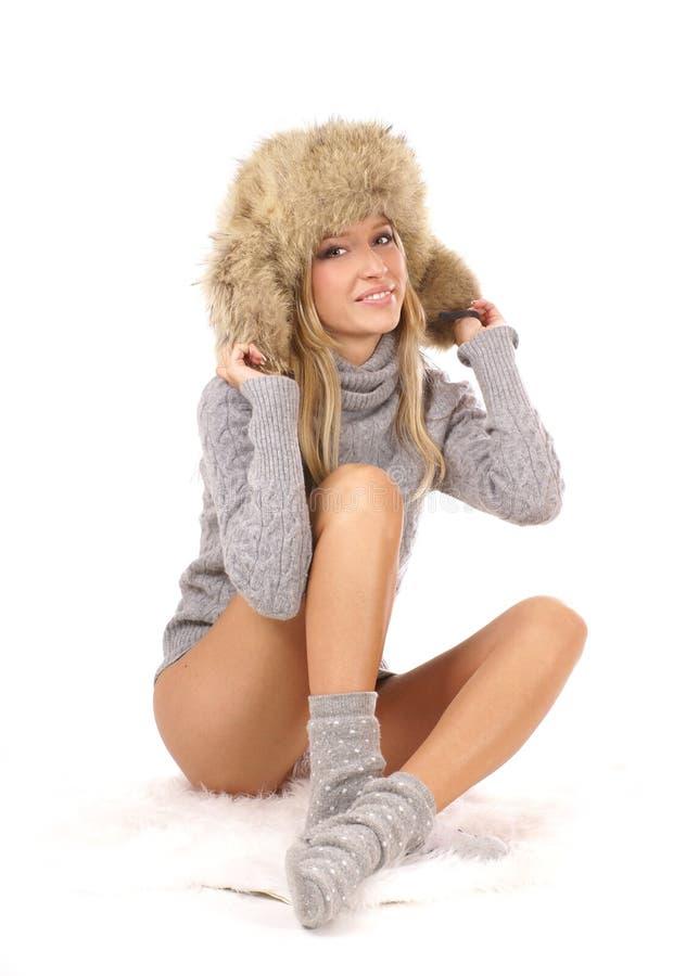 Junges und attraktives blondes, einen Winterhut tragend lizenzfreies stockbild