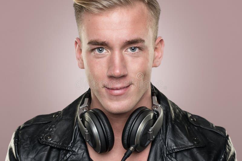 Junges und lächelndes DJ lizenzfreie stockbilder