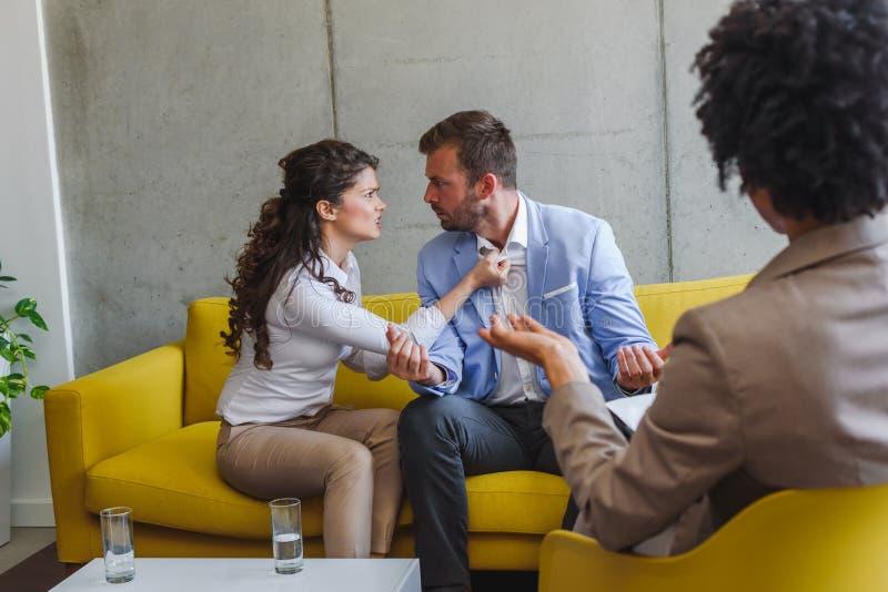 Junges verheiratetes Paar an ihrem Ratgeber Heiratprobleme k?mpfen stockbild