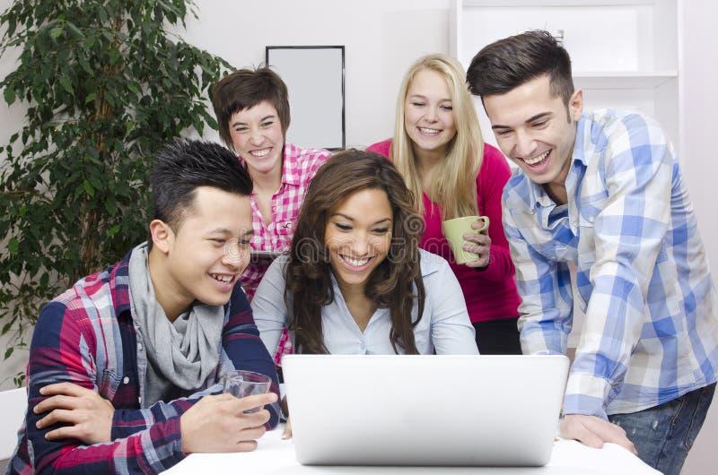 Junges verschiedenes Team der Kursteilnehmer oder der Angestellten lizenzfreies stockfoto