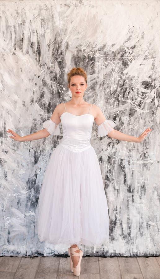Junges würdevolles Ballerinatanzen auf weißem Studio lizenzfreie stockfotografie