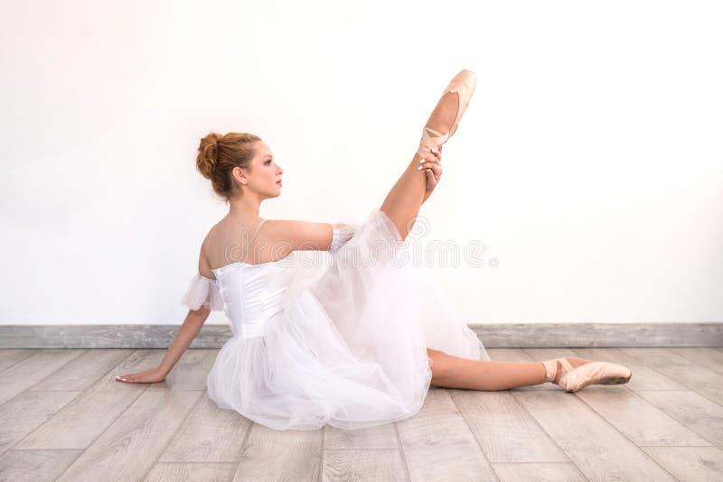 Junges würdevolles Ballerinatanzen auf weißem Studio lizenzfreie stockbilder