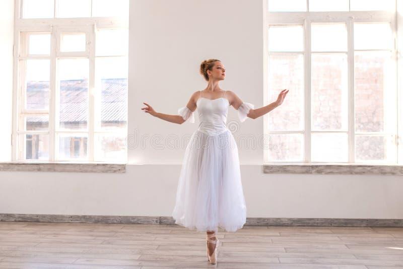 Junges würdevolles Ballerinatanzen auf weißem Studio lizenzfreie stockfotos