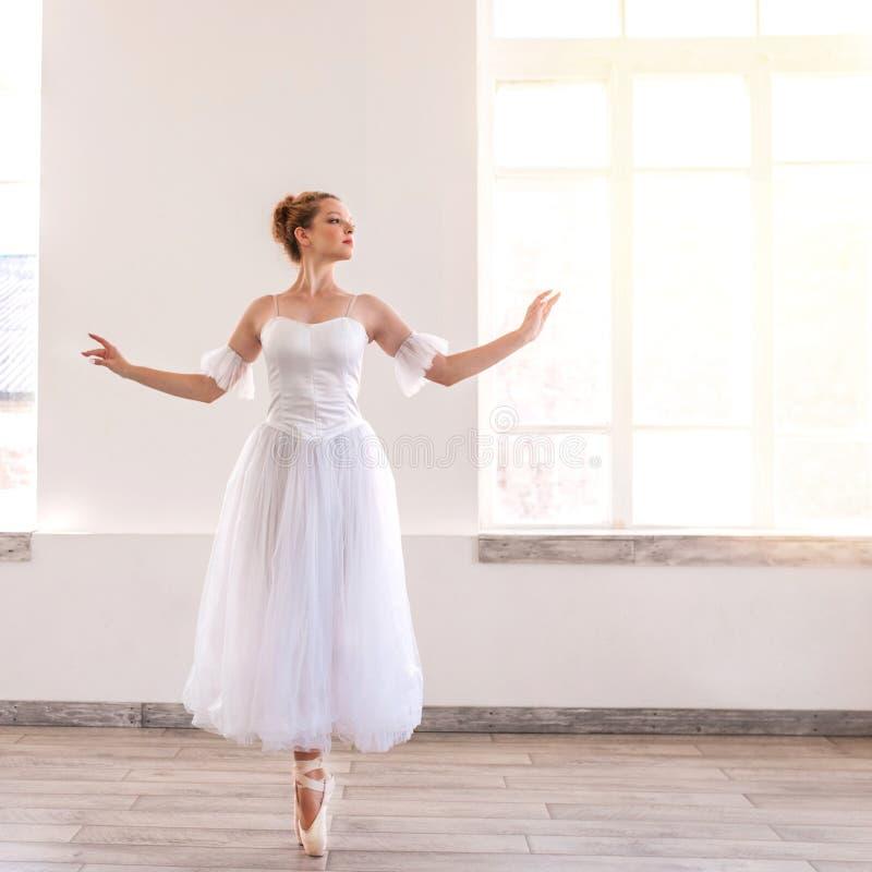 Junges w?rdevolles Ballerinatanzen auf wei?em Studio stockfotos