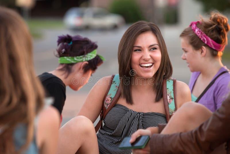 Junges weiblicher Kursteilnehmer-Lachen lizenzfreie stockbilder