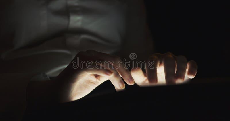 Junges weibliches jugendlich unter Verwendung des Tabletten-PC im dunklen flachen Fokus der Umwelt sehr lizenzfreie stockfotos