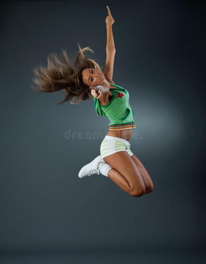 Junges weibliches Tänzerspringen lizenzfreie stockbilder