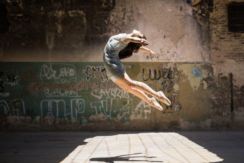 Junges weibliches Tänzerspringen stockbilder