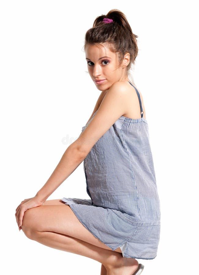 Junges weibliches tragendes Pyjamaglückliches geduckt lizenzfreie stockbilder