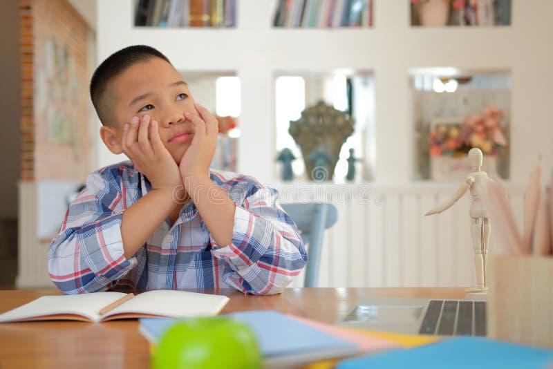 junges wenig asiatisches Kinderjungenkinderkinderschülerdenken lizenzfreie stockbilder