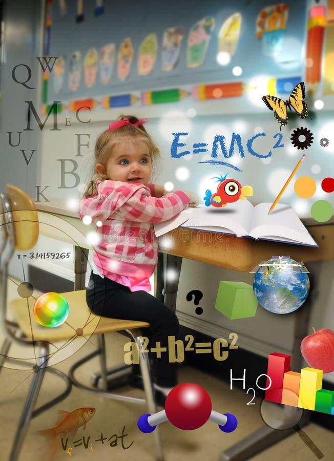 Junges Wissenschafts-Mathe-Mädchen am Schule-Lernen lizenzfreies stockbild