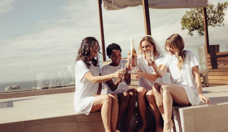 Jungesellinnen-Party auf Dachspitze stockbilder