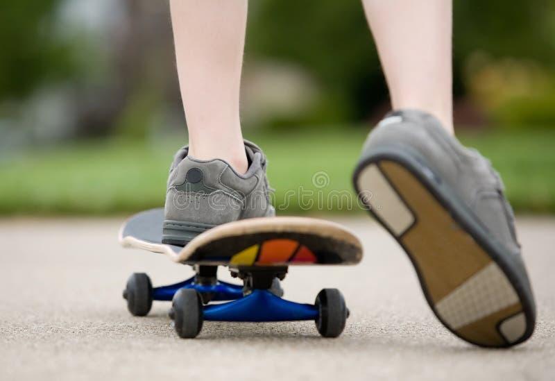 JungeSkateboarding lizenzfreies stockfoto