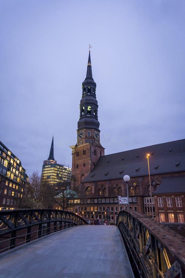 Jungfernbrug en St Cathrine Kerk, Hamburg, Duitsland royalty-vrije stock afbeelding