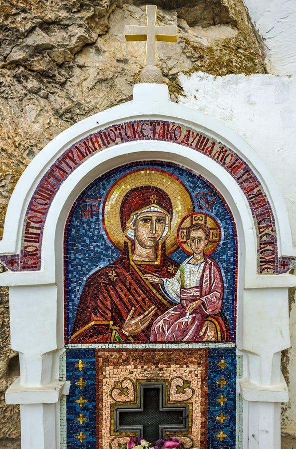 Jungfrau Maria - Mosaikikone im felsigen serbischen orthodoxen Christen MO lizenzfreie stockfotografie