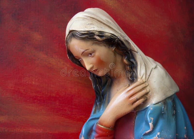 Jungfrau- Mariakopfstatue lokalisiert auf Rot lizenzfreie stockbilder