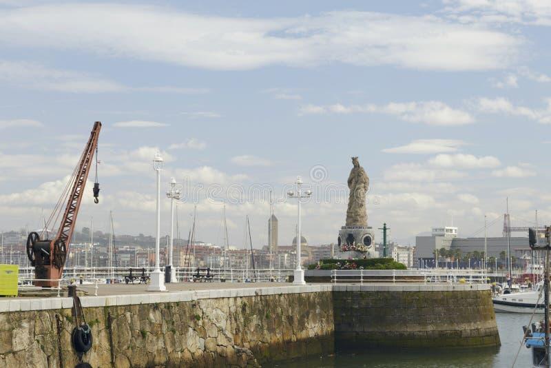 Jungfrau- Mariastatue im Hafen von Santurtzi, Spanien lizenzfreie stockfotos