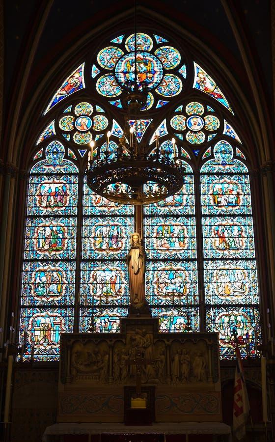 Jungfrau- Mariastatue innerhalb der Notre- Damekathedrale lizenzfreie stockfotos
