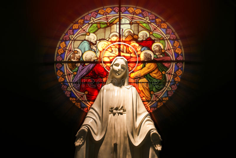 Jungfrau- Mariastatue mit Buntglasfenster lizenzfreies stockfoto