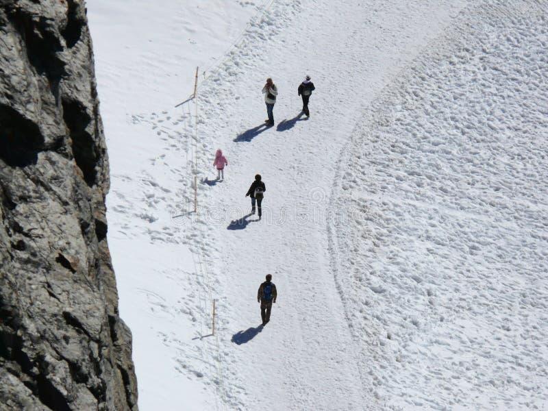 jungfrau switzerland Folk på snöslingor fotografering för bildbyråer