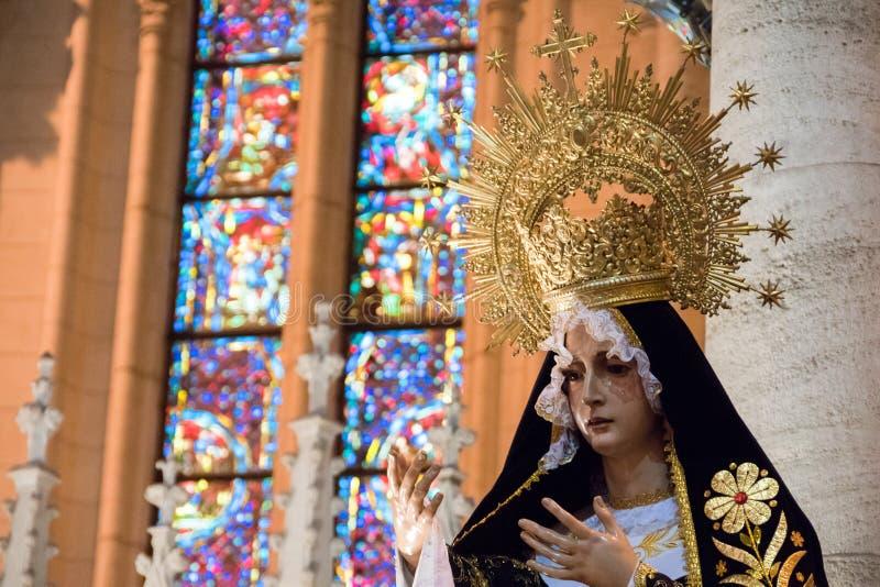 Jungfraustatue in La Plata Kathedrale mit vitreaux im Hintergrund stockfoto
