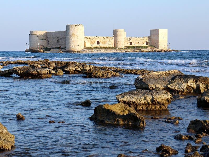 Jungfru- slott, flickaslott i Mersin Turkiet, slott i havet, slott av jungfrun, kizkalesi, kizkalesi arkivbilder