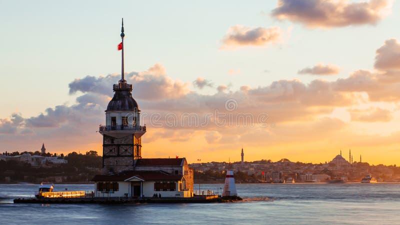 Jungfru- torn eller Kiz Kulesi med att sväva turist- fartyg på Bosphorus i Istanbul på solnedgången arkivbild
