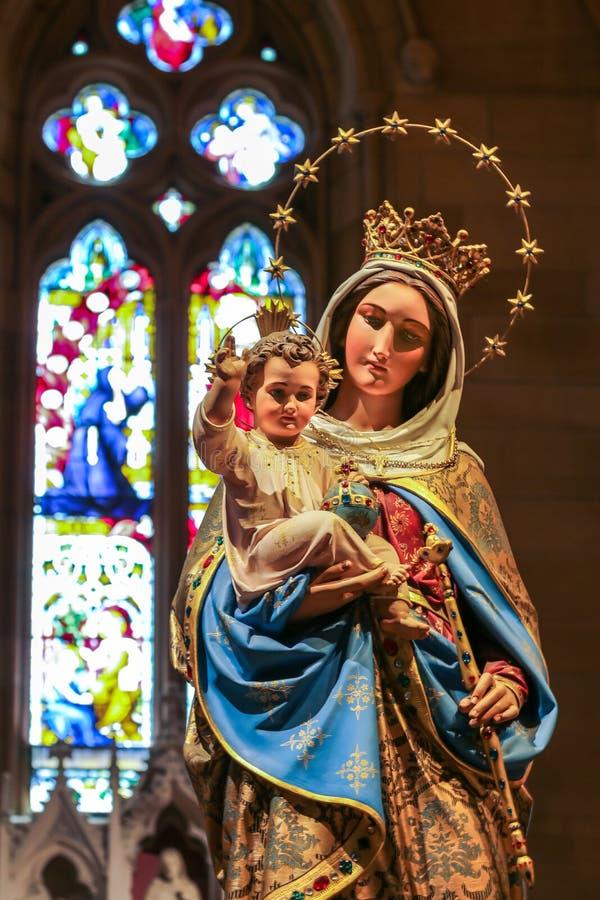Jungfruliga Mary med barnstatyn i domkyrka arkivbild