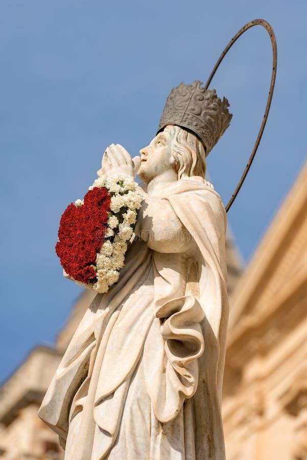 Jungfruliga Mary med en hjärta av blommor - Sicilien Italien royaltyfri fotografi